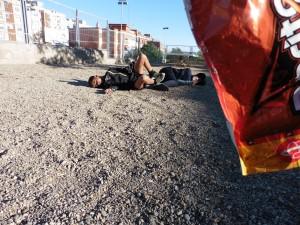 El Cesar i el Youssef sortint d'una bossa de Doritos